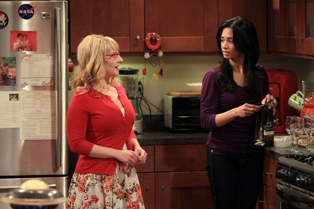 Penny benutzt Bernadette (Melissa Rauch, l.), um Leonard und Priya (Aarti Mann, r.) auszuspionieren. Doch geht das gut? - Bildquelle: Warner Bros. Television