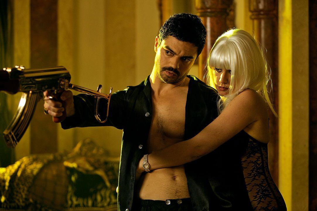 Nur Konkubine Sarrab (Ludivine Sagnier, l.) lässt sich nicht von Uday Hussein (Dominic Cooper, r.) einschüchtern, bis sie sich in dessen Doppelgänge... - Bildquelle: Sofie Silbermann 2013, Falcom Media
