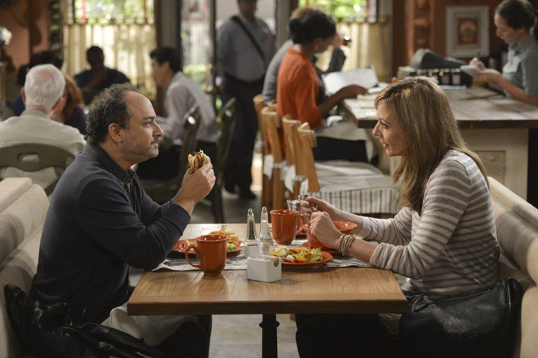 Werden sie wieder zueinander finden? Alvin (Kevin Pollak, l.) und Bonnie (Allison Janney, r.) ... - Bildquelle: Warner Bros. Television