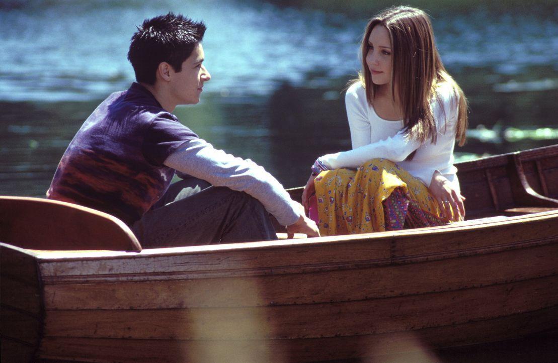 Ian (Oliver James, l.) kann überhaupt nicht verstehen, warum sich Daphne (Amanda Bynes, l.) partout der stocksteifen adligen Gesellschaft anpassen... - Bildquelle: Warner Bros.