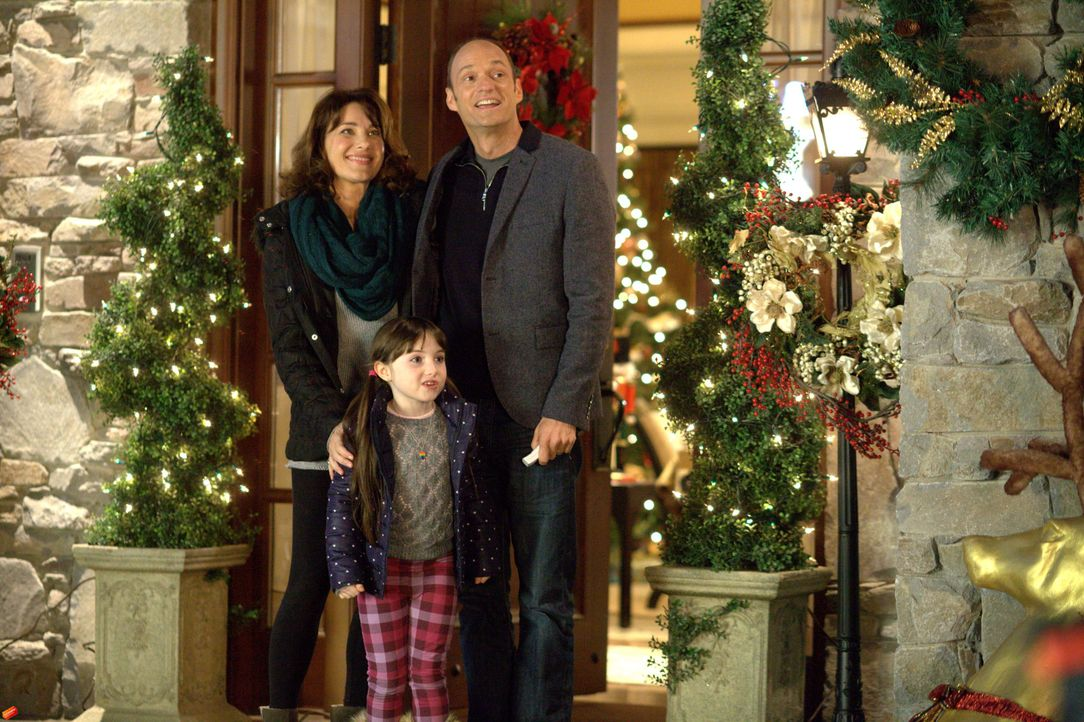 Weihnachten steht vor der Tür und die kleine Noel (Kennedi Clements, M.) ist hellauf begeistert von Victors (Brian Stepanek, r.) Weihnachtsbeleuchtu... - Bildquelle: 2014 Twentieth Century Fox Film Corporation. All rights reserved.