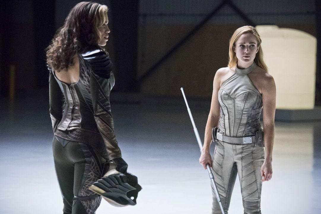 Müssen sich der Pilgerin stellen, um das Leben aller Teammitglieder zu retten: Kendra alias Hawkgirl (Ciara Renée, l.) und Sara alias White Canary (... - Bildquelle: 2015 Warner Bros.