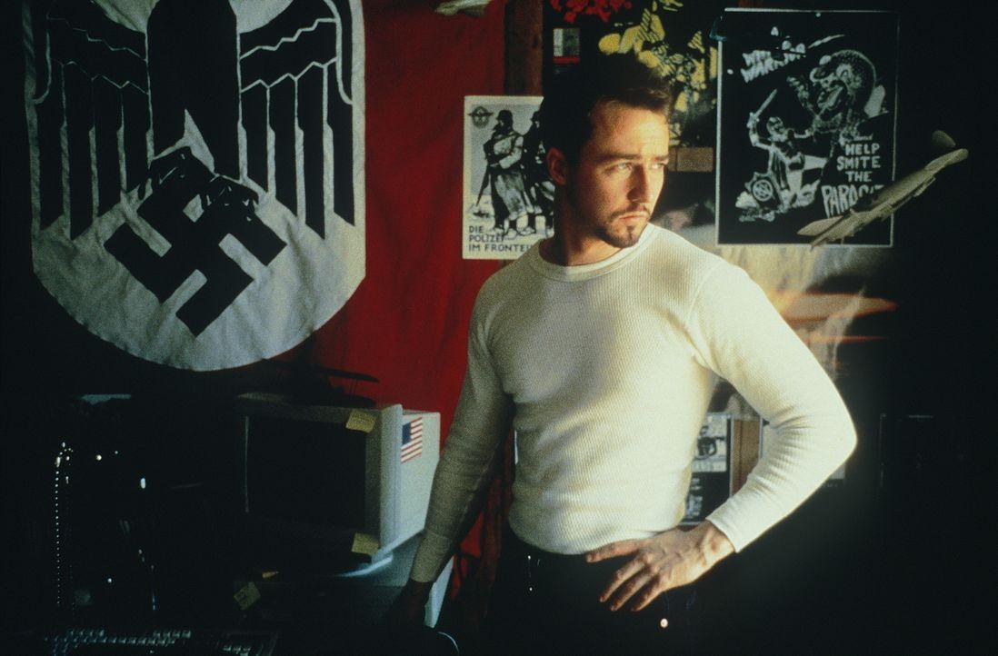Im Gefängnis hat Derek (Edward Norton) seinen Neo-Nazi-Überzeugungen abgeschworen. Doch wieder in Freiheit, muss er feststellen, dass nun sein Brude... - Bildquelle: Kinowelt Filmverleih