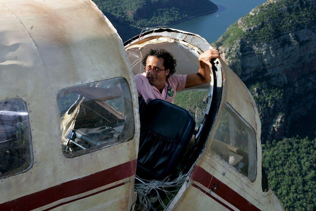 Während des Fluges fällt das Höhenruder aus und der Pilot seilt sich per Fallschirm ab. Moes (Jon Karthaus,) der bisher nur Kenntnisse über die...