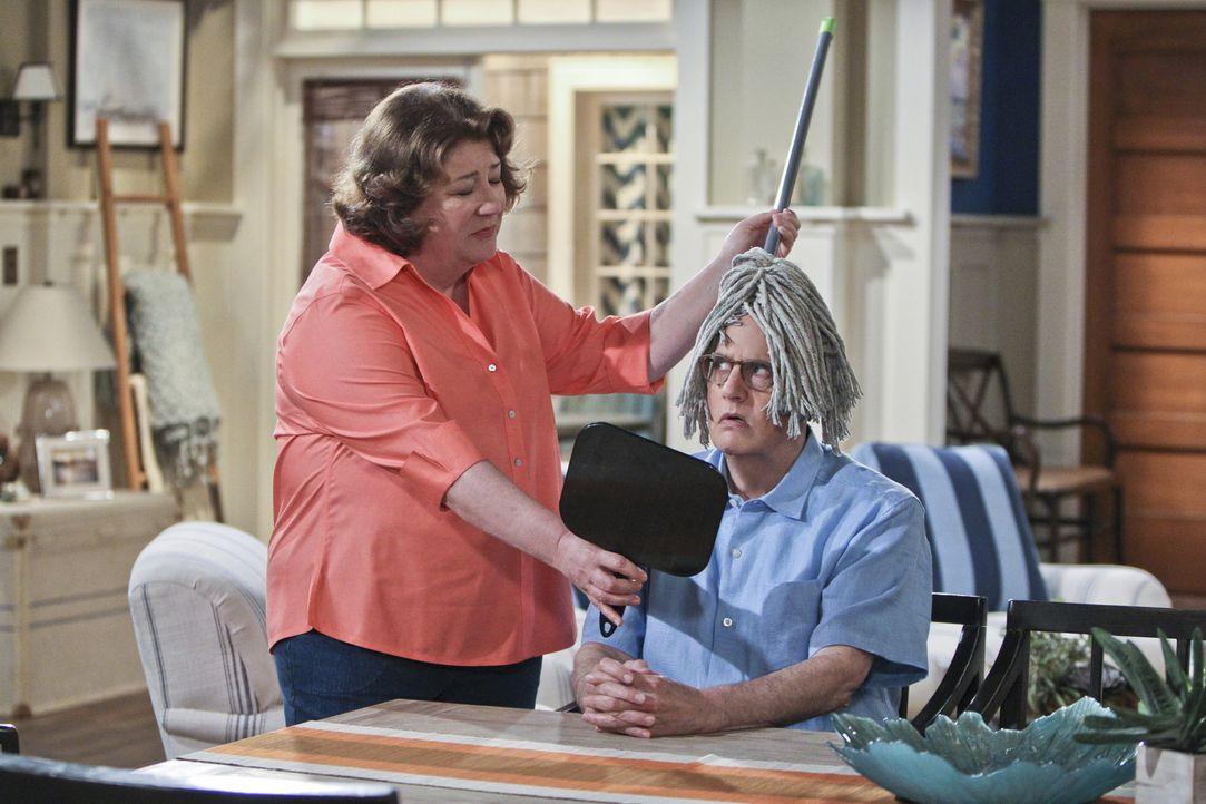 Ed Dolan (Jeffrey Tambor, r.) und Carol (Margo Martindale, l.) verstehen sich prächtig, doch was Carol erheblich stört, ist, dass Dolan eine Glatze... - Bildquelle: 2013 CBS Broadcasting, Inc. All Rights Reserved.