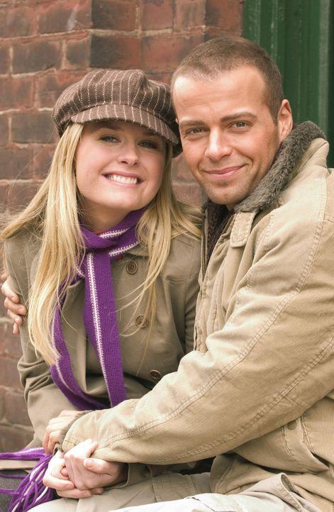 Michael (Joey Lawrence, r.) und Kelly (Maggie Lawson, l.) wollen zur Überraschung und zum Entsetzen aller Freunde und Verwandten heiraten. Sie begl... - Bildquelle: ABC Family