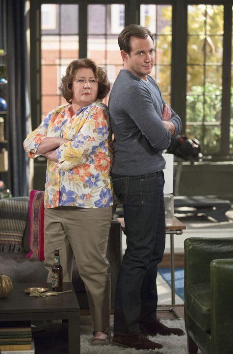 Debbies Tagebuch scheint gerade für Carol (Margo Martindale, l.) und Nathan (Will Arnett, r.) sehr interessant zu sein ... - Bildquelle: 2013 CBS Broadcasting, Inc. All Rights Reserved.