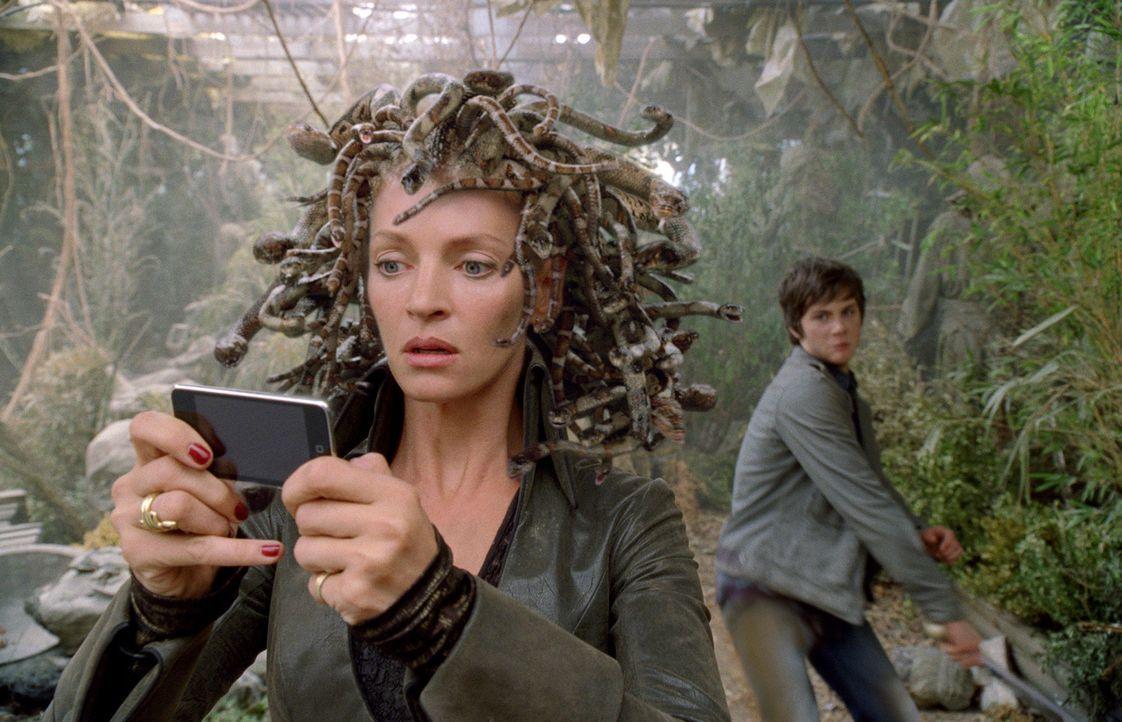 Auf der Jagd nach den drei Perlen der Persephone stoßen Percy (Logan Lerman, r.) und seine Freunde auch auf Medusa (Uma Thurman, l.), die alles dar... - Bildquelle: 2010 Twentieth Century Fox Film Corporation. All rights reserved.