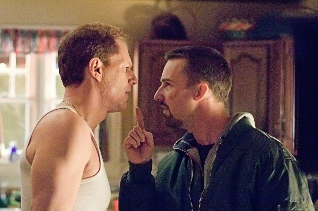 Schon bald kommt bei Detective Ray Tierney (Edward Norton, r.) der Verdacht auf, dass sein Bruder Francis (Noah Emmerich, l.) und sein Schwager in d... - Bildquelle: 2008   Warner Brothers