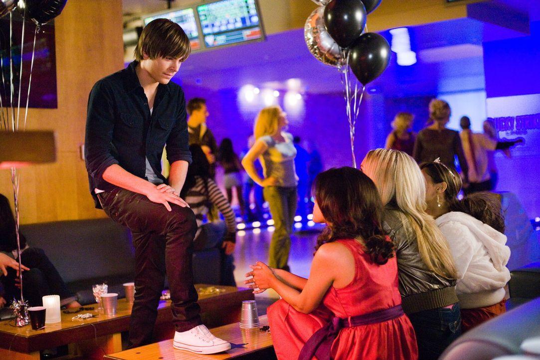 Dumm nur, dass Mike (Zac Efron, l.) jetzt zwar wie 17 aussieht, aber nach wie vor wie ein Mittdreißiger denkt. Und das kommt bei den Mädchen nicht... - Bildquelle: 2008   Warner Bros.