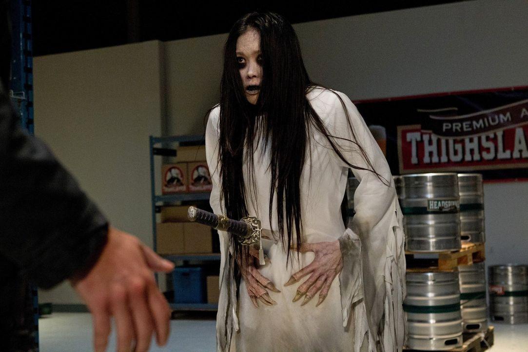 """Sam und Dean werden von Garth zu einem besonderen Fall gerufen: Sie müssen einen """"Shojo"""" (Angela Uyeda) bekämpfen, ein japanische Monster, dass au... - Bildquelle: Warner Bros. Television"""
