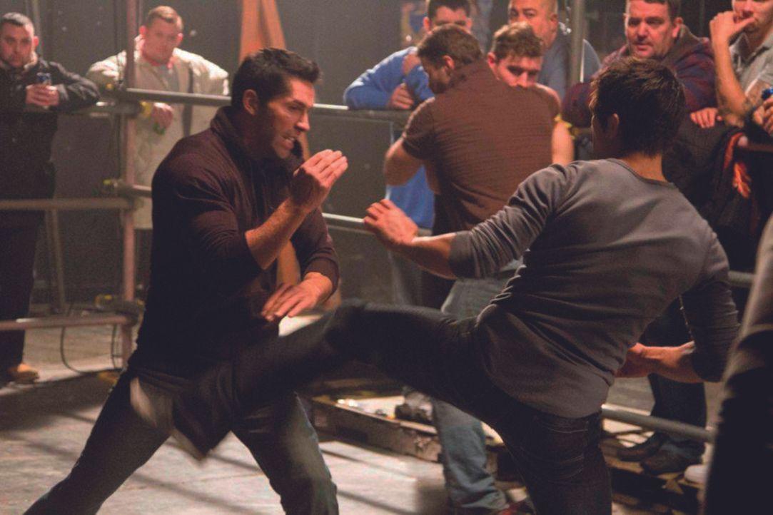Nur um den Tod seines Bruders Joey rächen zu können, kehrt Danny (Scott Adkins, l.) zu seiner Bande zurück, um diese zu trainieren ... - Bildquelle: 2013 ASCOT ELITE Home Entertainment GmbH. Alle Rechte vorbehalten.