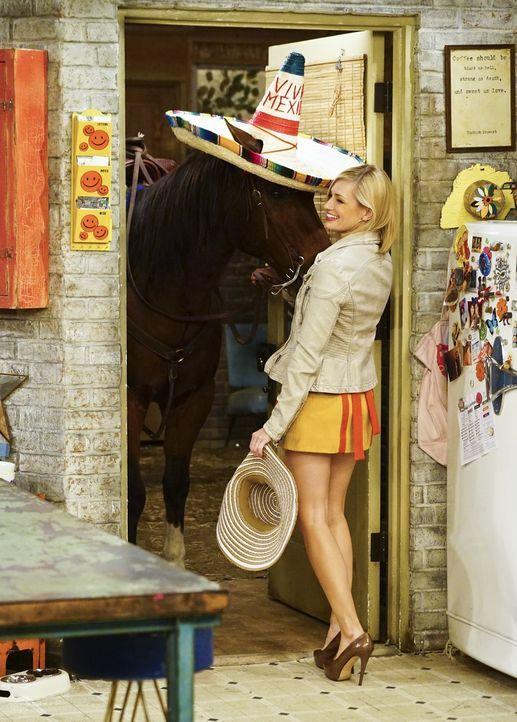 Weil Randy sich mit Max' und Carolines (Beth Behrs) Vermieter treffen will, nachdem er sich den Fuß an einem herausragenden Nagel aufgerissen hat, g... - Bildquelle: 2016 Warner Brothers