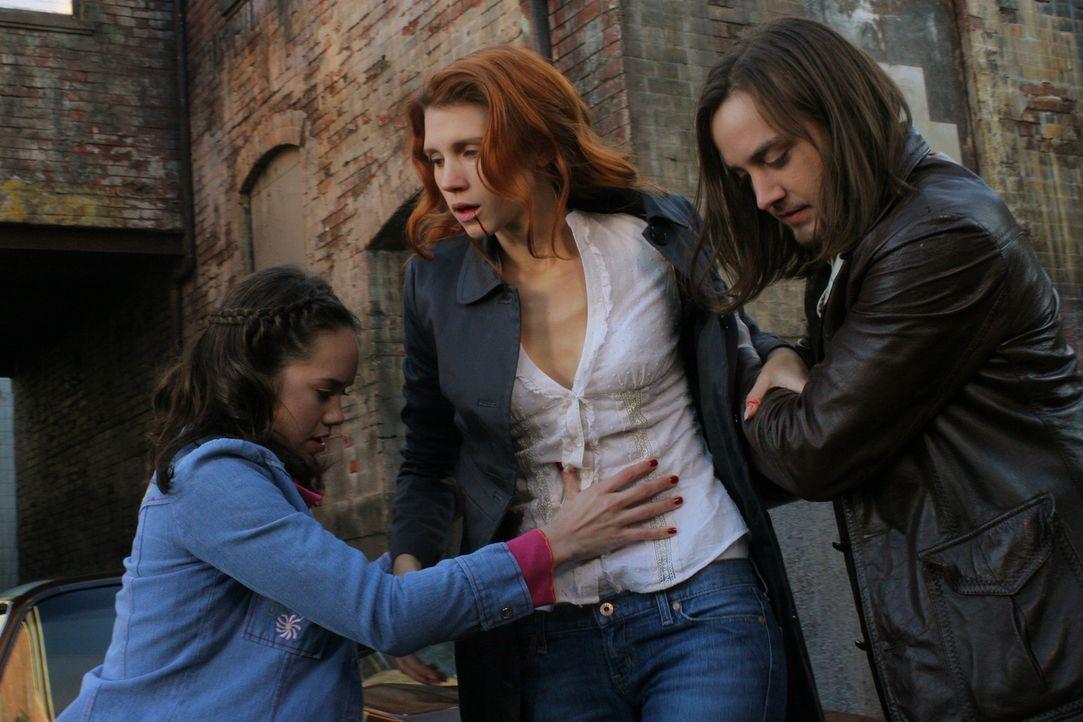 Was hat Anna (Julie McNiven, M.) nur vor? - Bildquelle: Warner Bros. Television