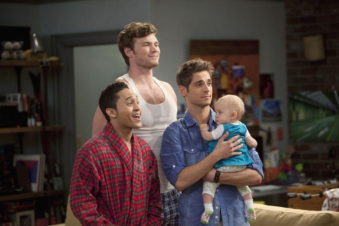 Ben (Jean-Luc Bilodeau, 2.v.r.), Danny (Derek Theler, 2.v.l.) und Tucker (Tahj Mowry, l.) versuchen alles, um einen Babysitter-Plan für Emma (Ali Lo... - Bildquelle: Randy Holmes ABC Family