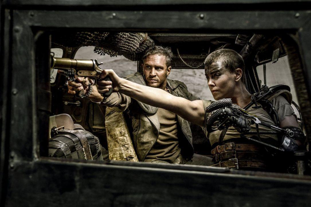 Max (Tom Hardy, l.) ist ständig auf der Flucht, vor den Lebenden und vor den Erinnerungen an die Toten. Als er dann auf Imperator Furiosa (Charlize... - Bildquelle: 2015 Warner Bros.