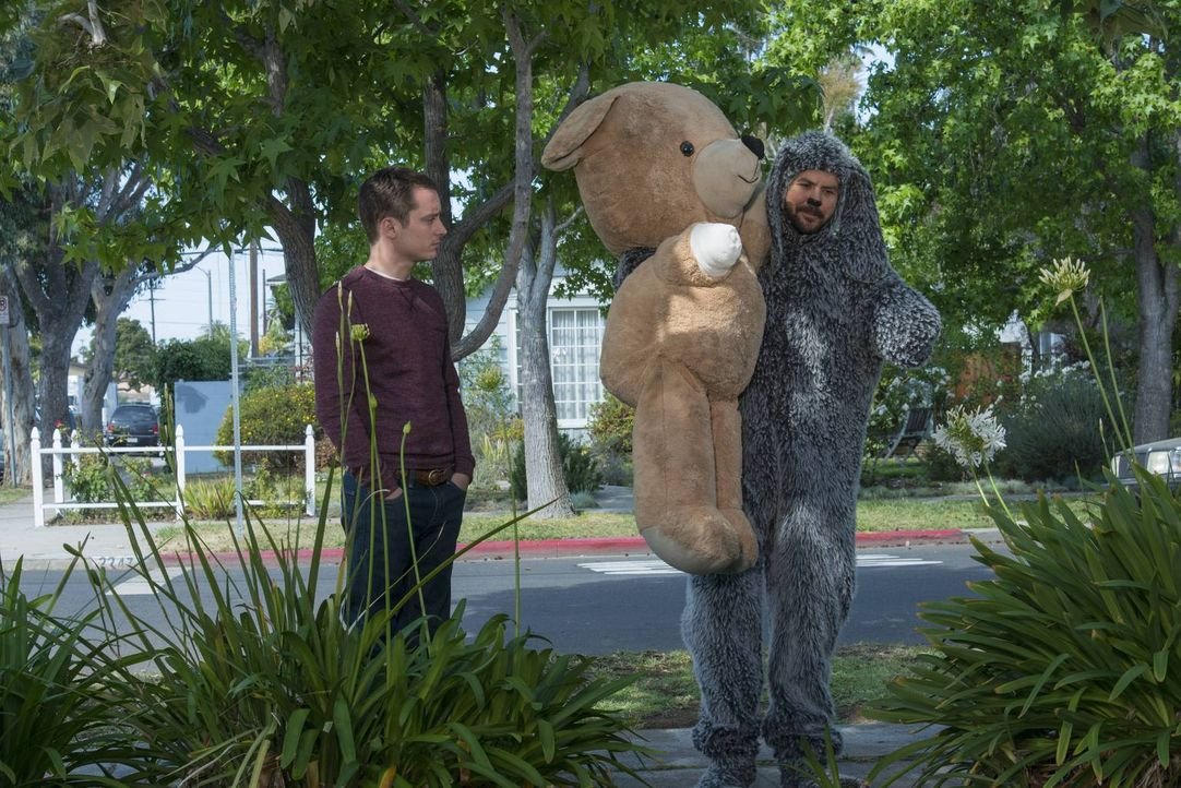 Der Trip zum Tierarzt ist für Wilfred (Jason Gann, r.) und Ryan (Elijah Wood, l.) noch ein Spaß. Bald sollte ihnen dieser vergehen ... - Bildquelle: 2014 Fox and its related entities.  All rights reserved.