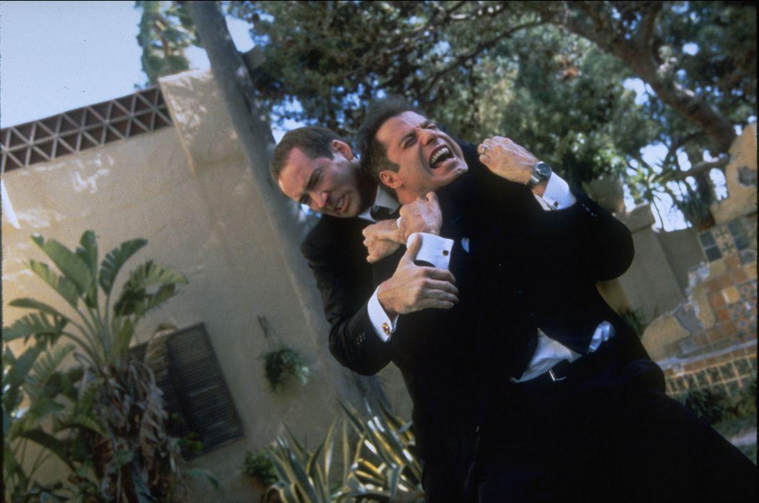 Nach den OPs nehmen Gangster Castor Troy (Nicolas Cage, l.), der nun aussieht wie sein Erzfeind Archer und FBI-Agent Sean Archer (John Travolta, r.)... - Bildquelle: Touchstone Pictures