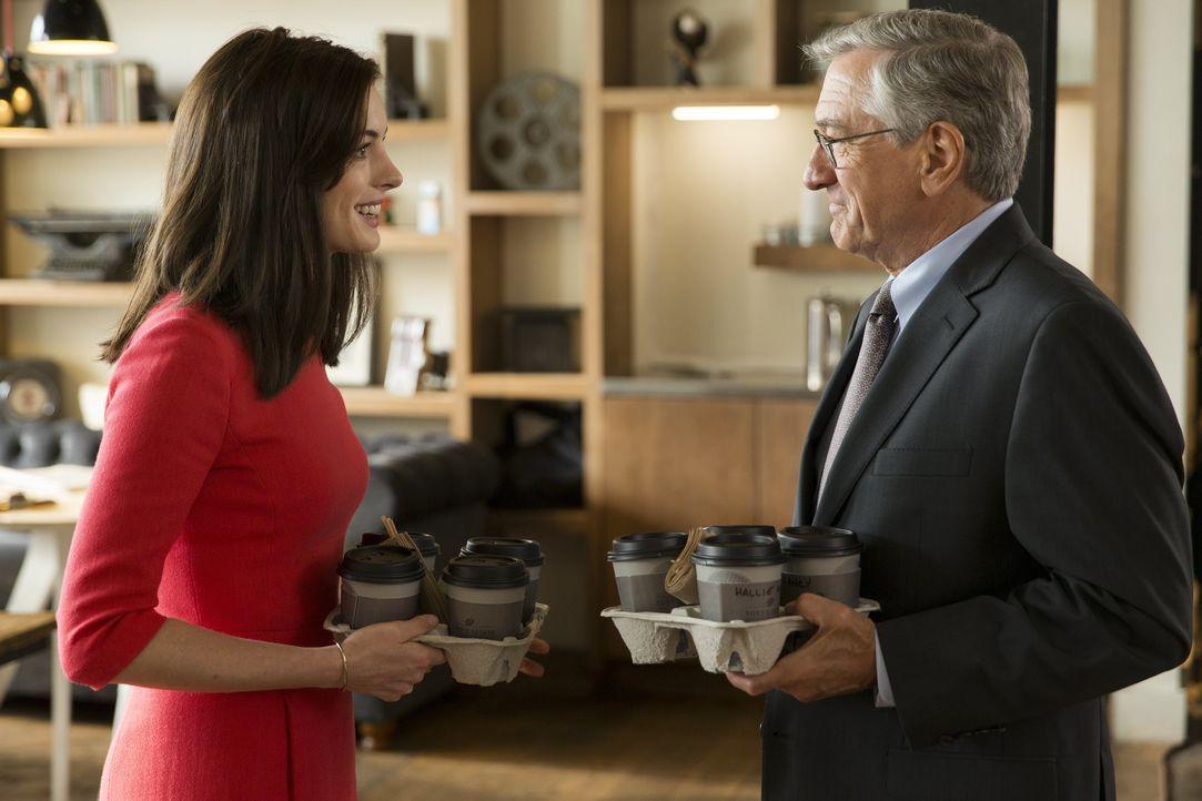 Seine Chefin Jules Ostin (Anne Hathaway, l.) staunt nicht schlecht, als Ben (Robert De Niro, r.) als rüstiger Praktikant zu seinem ersten Tag antrit... - Bildquelle: Warner Brothers