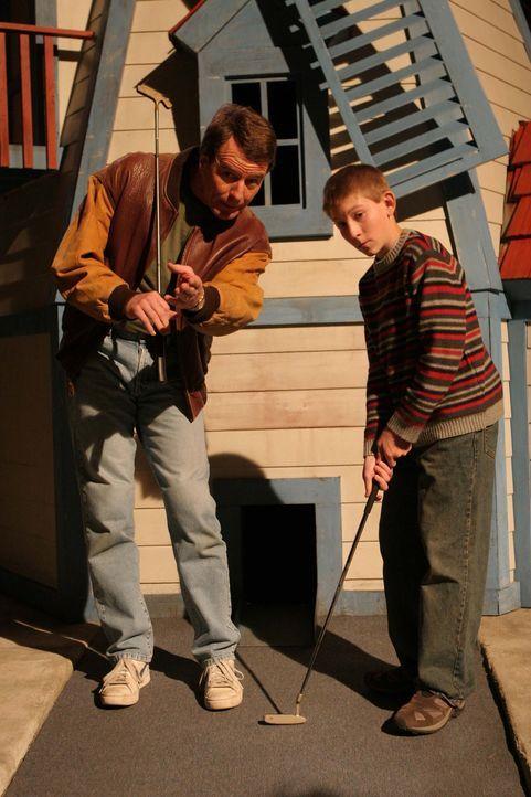 Haben viel Spaß miteinander: Dewey (Erik Per Sullivan, r.) und Hal (Bryan Cranston, l.) ... - Bildquelle: TM +   2000 Twentieth Century Fox Film Corporation. All Rights Reserved.