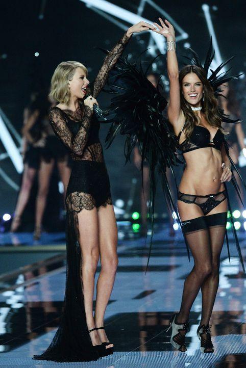 Alessandra-Ambrosio-Taylor-Swift -14-12-02-dpa - Bildquelle: dpa