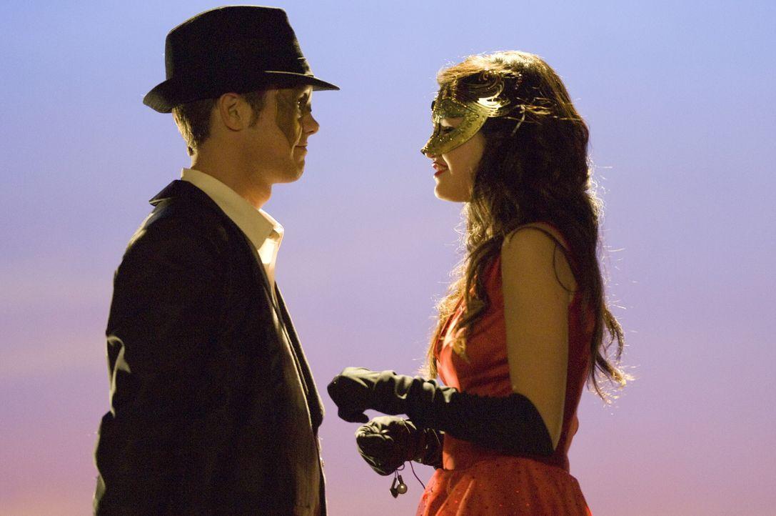 Als Joey (Drew Seeley, l.) auf dem Maskenball Mary (Selena Gomez, r.) erblickt, ist es um ihn geschehen. Als die Uhr Mitternacht schlägt, ist das m... - Bildquelle: Warner Brothers