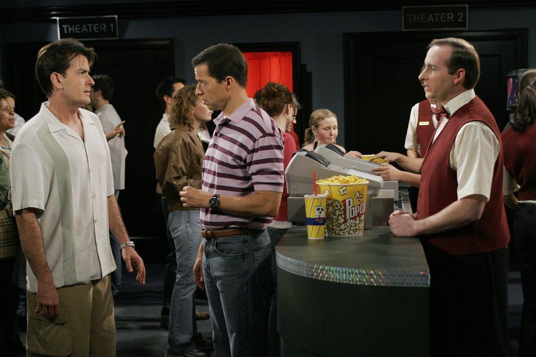 Alan (Jon Cryer, M.) zeigt bemerkenswerten Einfallsreichtum, wenn es darum geht, sich vor dem Bezahlen zu drücken. Charlie (Charlie Sheen, l.) ist e... - Bildquelle: Warner Brothers Entertainment Inc.