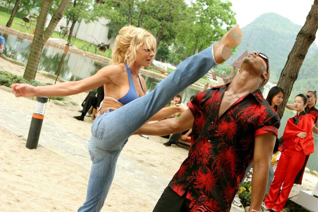 Wrestlerin Tina (Jaime Pressly, l.) weiß, wie sie mit aufdringlichen Männern wie Zack (Brian J. White, r.) umzugehen hat ... - Bildquelle: Constantin Film Verleih GmbH