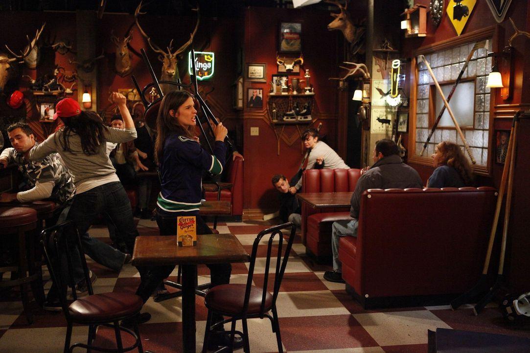 Bei einer Kneipenschlägerei, hat Robin (Cobie Smulders) einem Gast die Nase gebrochen. da er sie nun verklagt hat, droht ihr die Ausweisung aus dem... - Bildquelle: 20th Century Fox International Television