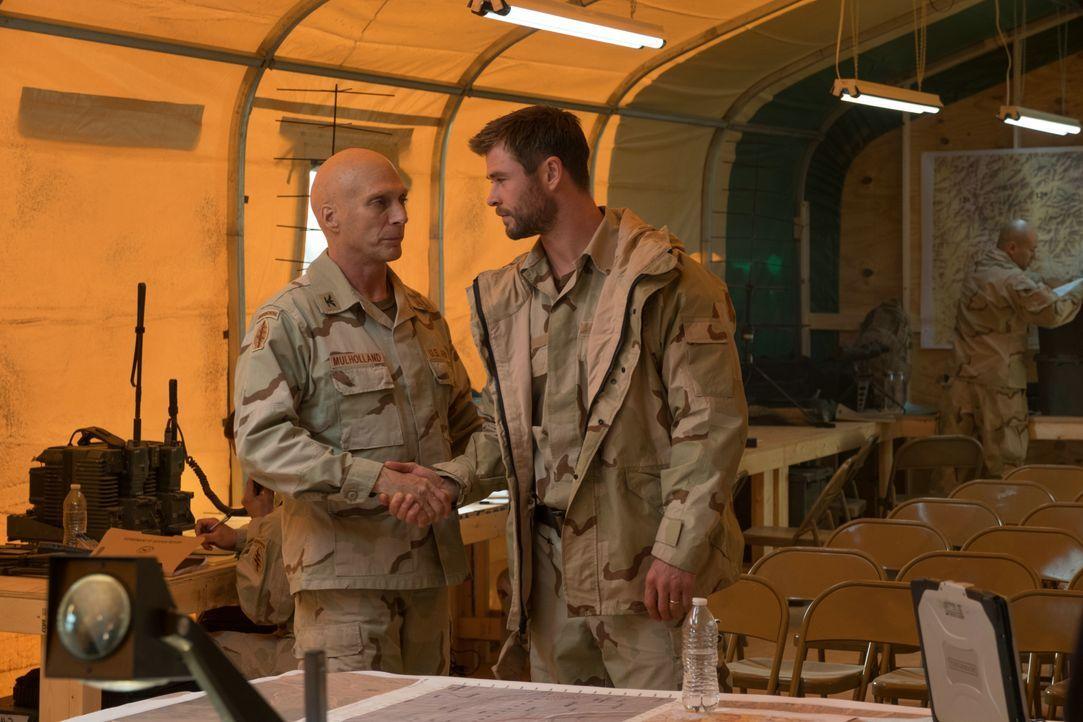 Colonel Mulholland (William Fichtner, l.); Captain Mitch Nelson (Chris Hemsworth, r.) - Bildquelle: 2018 Concorde Filmverleih GmbH