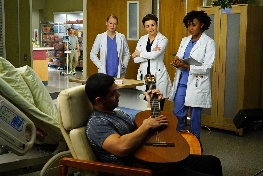 Der an MS erkrankte Musiker Kyle Diaz (Wilmer Valderrama, vorne) wird mit einem Tremor in der Hand ins Krankenhaus eingeliefert. Penelope (Samantha... - Bildquelle: Richard Cartwright ABC Studios