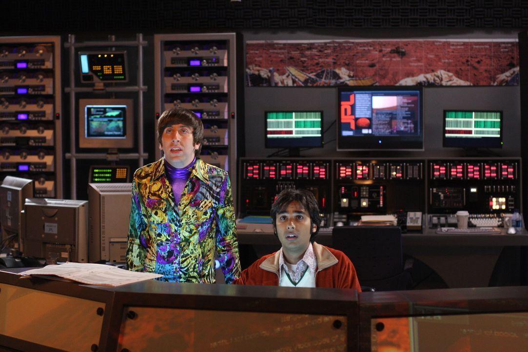 Nachdem Howard (Simon Helberg, l.) das Marsgefährt in einen Graben gesetzt hat, braucht er Raj (Kunal Nayyar, r.) Hilfe ... - Bildquelle: Warner Bros. Television