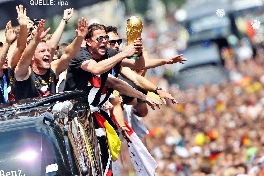 WM-ankunft-nationalmannschaft-berlin-10-140715-dpa - Bildquelle: dpa