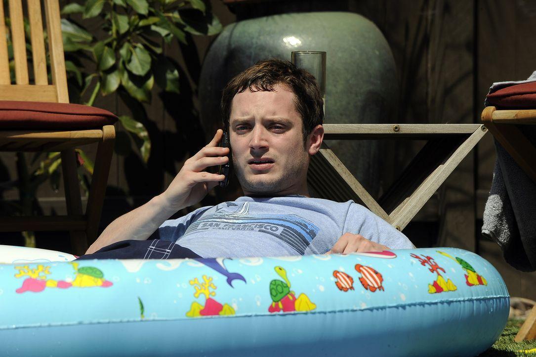 Da Ryan (Elijah Wood) in letzter Zeit nicht gearbeitet hat, ist inzwischen sein Gespartes fast aufgebraucht. Alle nicht notwendigen Energieverbrauch... - Bildquelle: 2011 FX Networks, LLC. All rights reserved.