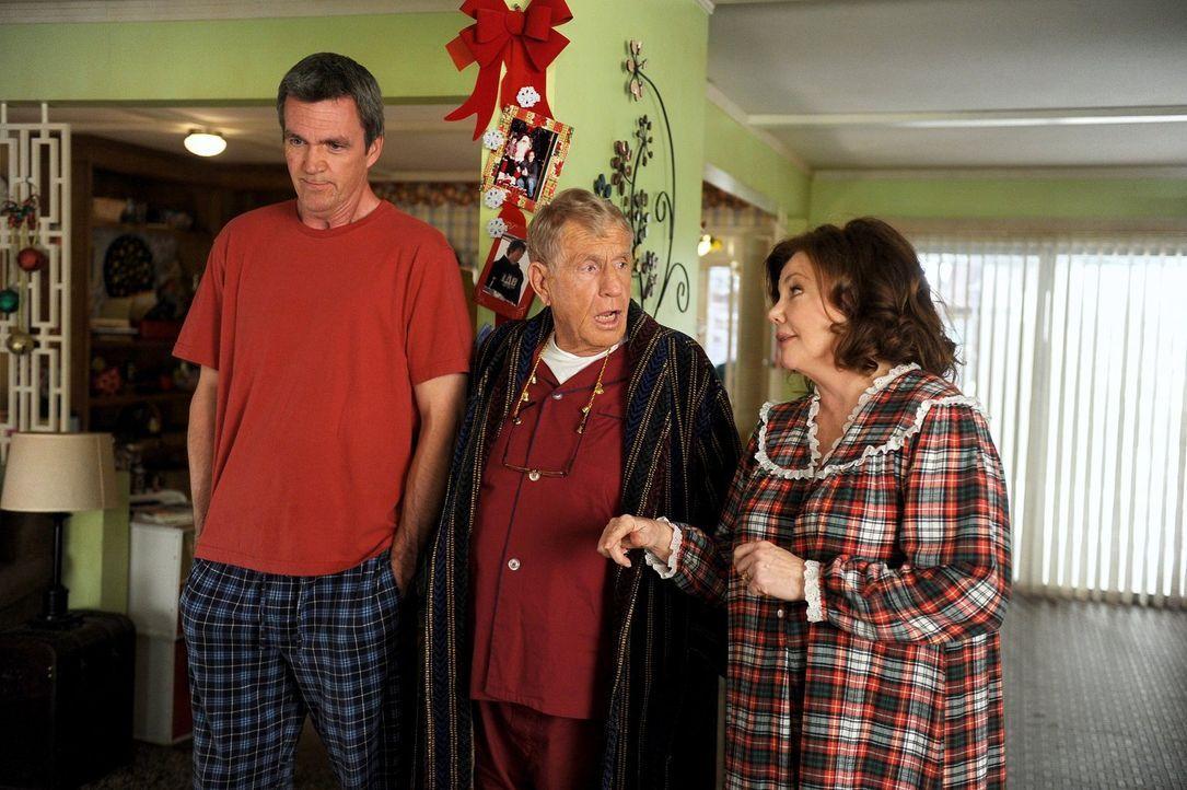 Frankies Eltern sind über Weihnachten zu Besuch und während Pat (Marsha Mason, r.) den Kindern die ganze Zeit Süßigkeiten zusteckt, weicht Tag (Jerr... - Bildquelle: Warner Brothers