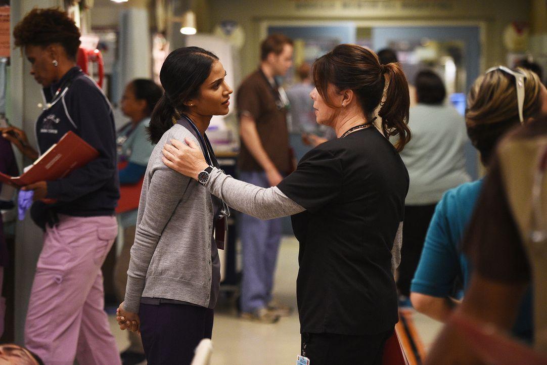 Dr. Pineda (Melanie Chandra, l.) und Dr. Rorish (Marcia Gay Harden, r.) stehen vor einer neuen ärztlichen Herausforderung, als ein dramatischer Unfa... - Bildquelle: Sonja Flemming 2015 ABC Studios