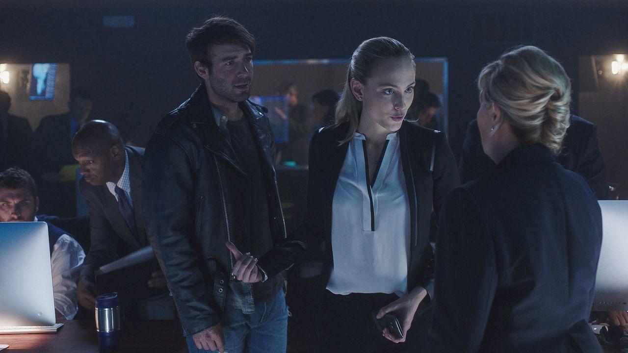 Zusammen mit Jackson (James Wolk, l.) versucht Chloe (Nora Arnezeder, M.) ihr Bestes, Amelia Sage (Jayne Atkinson, r.) davon zu überzeugen, mit der... - Bildquelle: 2015 CBS Broadcasting Inc. All Rights Reserved.