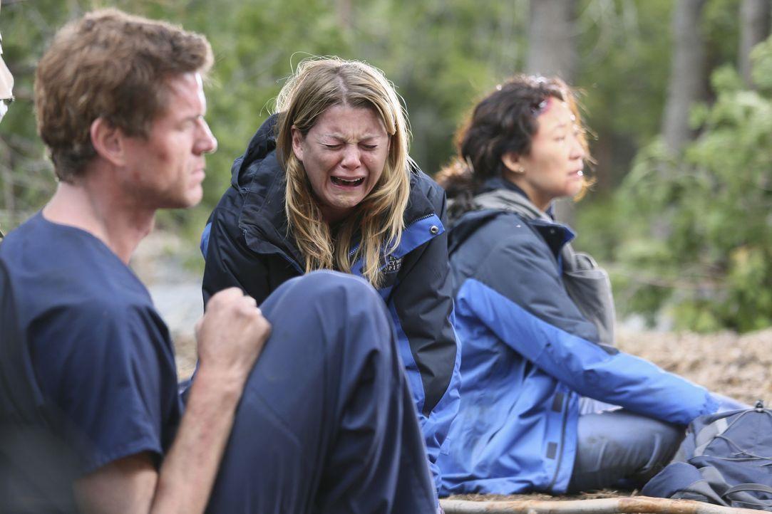 Können nicht fassen was passiert ist: Mark (Eric Dane, l.), Meredith (Ellen Pompeo, M.) und Cristina (Sandra Oh, r.) ... - Bildquelle: Touchstone Television