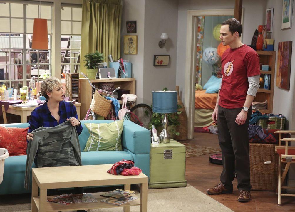 Während Howard und Bernadette eine schockierende Nachricht erhalten, beschwert sich Sheldon (Jim Parsons, r.) bei Penny (Kaley Cuoco, l.) über Amys... - Bildquelle: Warner Bros. Television