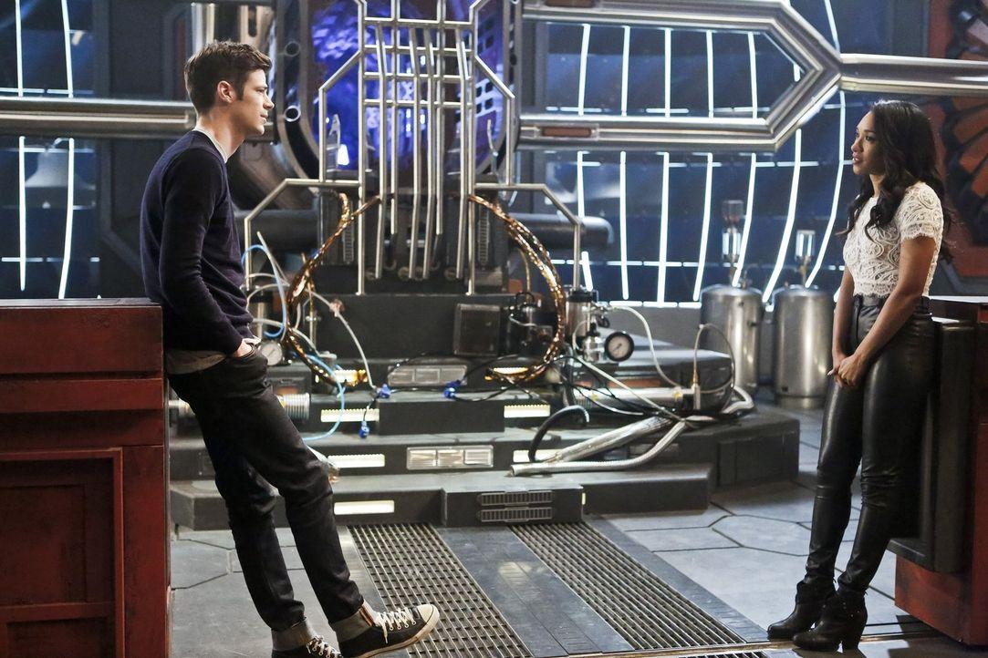 Spricht Iris (Candice Patton, r.) mit Barry (Grant Gustin, l.) endlich über ihre Gefühle? - Bildquelle: Warner Bros. Entertainment, Inc.