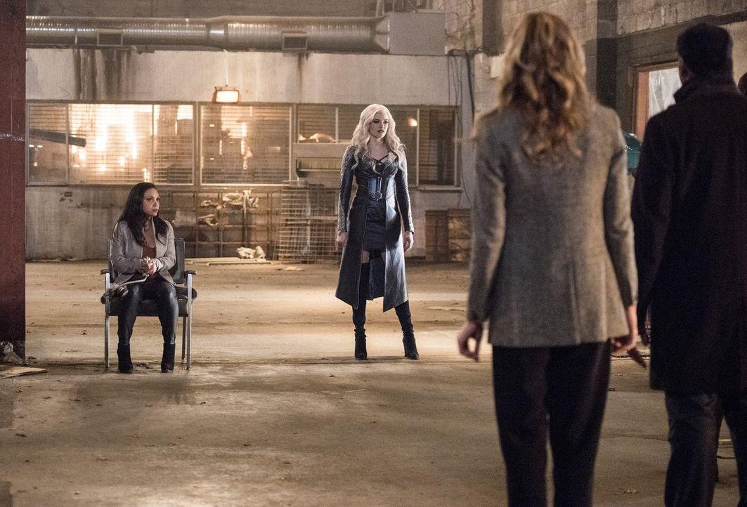 Killer Frost (Danielle Panabaker, r.) sucht sich ausgerechnet Cecile (Danielle Nicolet, l.) aus, um zu beweisen, dass von Caitlins gutmütigem Charak... - Bildquelle: 2016 Warner Bros.