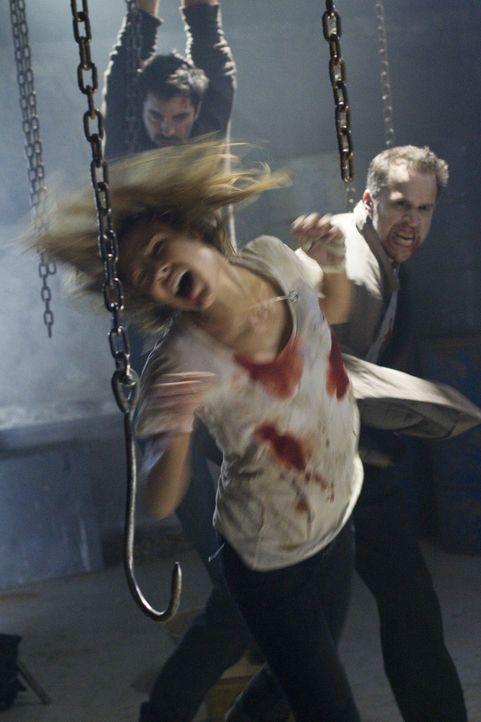 Während Stella (Kiele Sanchez, vorne) und Paul (Rhys Coiro, hinten) alles tun, um die Vampirfürstin Lillith ins Jenseits zu befördern, will FBI-A... - Bildquelle: 2010 Stage 6 Films, Inc. All Rights Reserved.