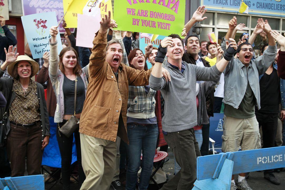 Kip (Sean Hayes, M.r.) klagt über sein Karpaltunnelsyndrom, als er erfährt, dass Papst Franziskus in die Stadt kommt. Er will das Kirchenoberhaupt u... - Bildquelle: 2014 CBS Broadcasting, Inc. All Rights Reserved.