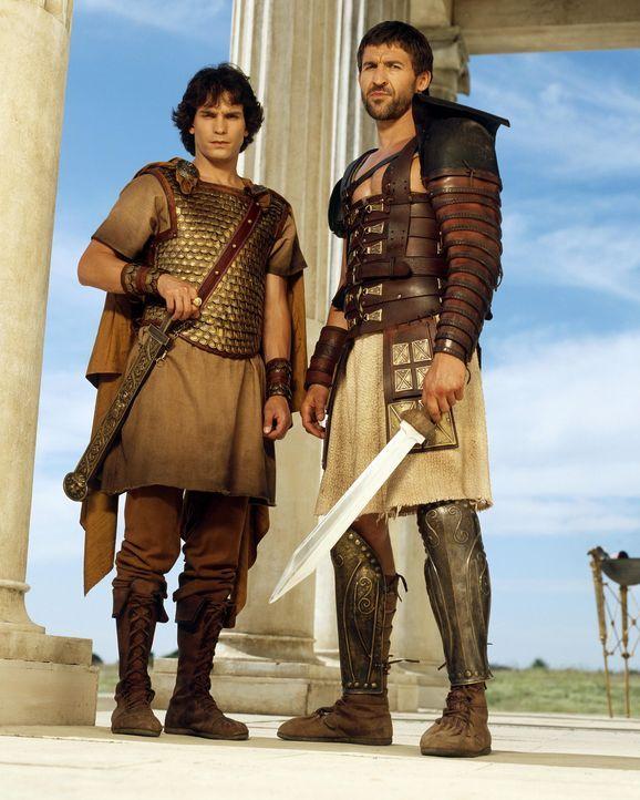 Als Tyrannus (Jonathan Cake, r.) seinen Schützling Octavius (Santiago Cabrera, l.) in Rom antrifft, ist es über dessen Leichtsinn ziemlich erbost... - Bildquelle: Hallmark Entertainment