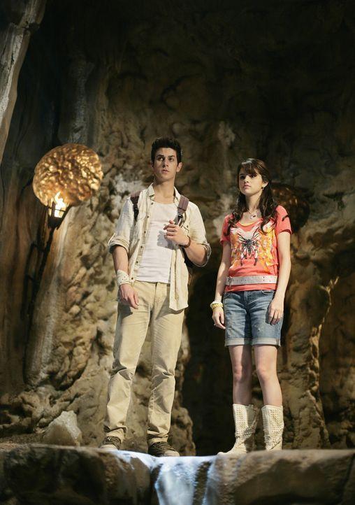 Gelingt es Alex (Selena Gomez, r.) und Justin (David Henrie, l.), den Stein der Träume zu finden, um den fatalen Zauberspruch zu entkräften, den A... - Bildquelle: 2009 DISNEY ENTERPRISES, INC. All rights reserved. NO ARCHIVING. NO RESALE.