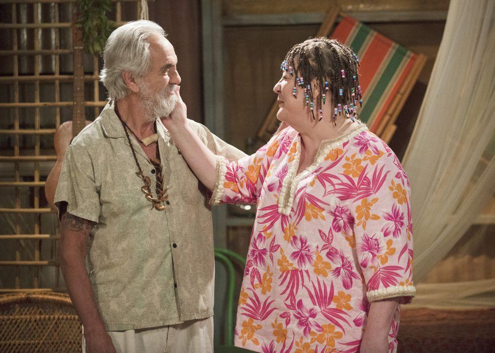 Finden Carol (Margo Martindale, r.) und Ganja Pete (Tommy Chong, l.) auf den Bahamas Gefallen aneinander? - Bildquelle: 2013 CBS Broadcasting, Inc. All Rights Reserved.