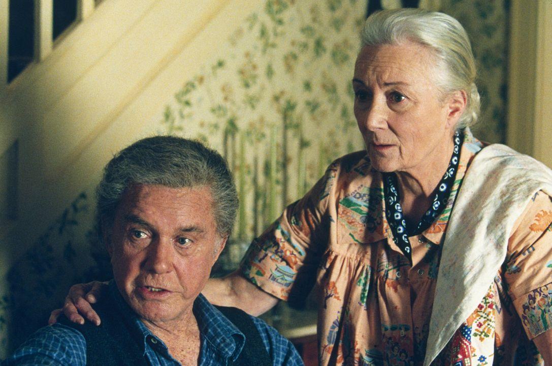 Onkel Ben (Cliff Robertson, l.) und Tante May (Rosemary Harris, r.) trauen ihren Augen kaum! Kann ihr Neffe tatsächlich die Wände hoch krabbeln? - Bildquelle: 2003 Sony Pictures Television International