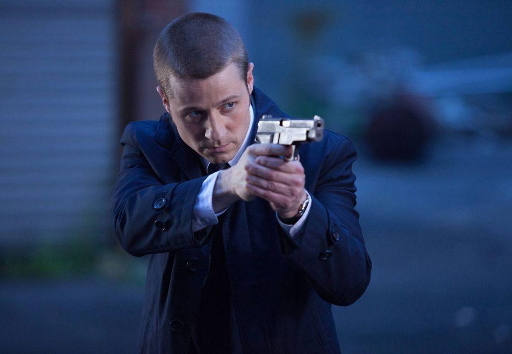 """Während Oswald """"Penguin"""" Cobblepot nach Gotham zurückkehrt, ermittelt James Gordon (Ben McKenzie) in einem Fall, in dem ein Mann korrupte Einwohner... - Bildquelle: Warner Bros. Entertainment, Inc."""