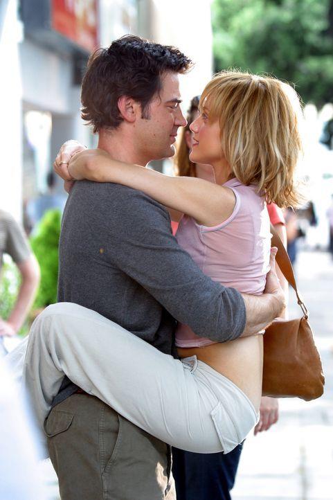 Als sich Stacys (Brittany Murphy, r.) Freund Derek (Ron Livingston, l.), weigert, über seine Beziehungsvergangenheit zu sprechen, wirft sie in dess... - Bildquelle: Sony 2007 CPT Holdings, Inc.  All Rights Reserved.