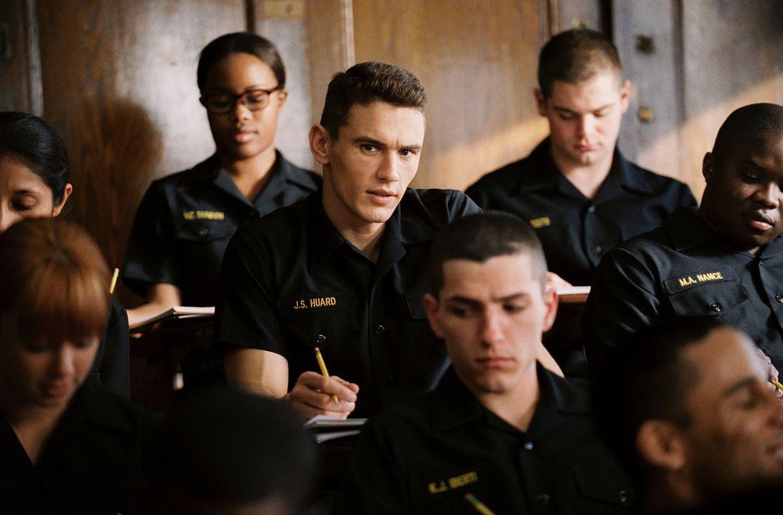 Eines Tages wird der junge Schweißer und Hobby-Boxer Jake Huard (James Franco, 2. Reihe M.) während eines Boxkampfes von einem Offizier der berüh... - Bildquelle: Touchstone Pictures.  All rights reserved